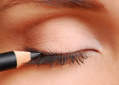 how-to-apply-eyeliner-to-the-top-lid